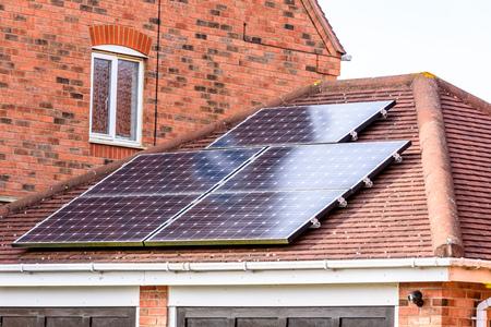 Panneau d'énergie solaire du Royaume-Uni sur le toit ensoleillé Banque d'images - 76793890