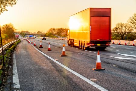 Avond uitzicht UK Motorway Services Roadworks Cones Stockfoto