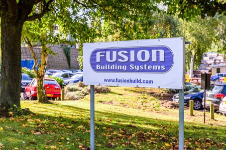 Northampton Reino Unido 3 de octubre de 2017: Fusion Building Systems signo de logotipo stand Northampton industrial estate.