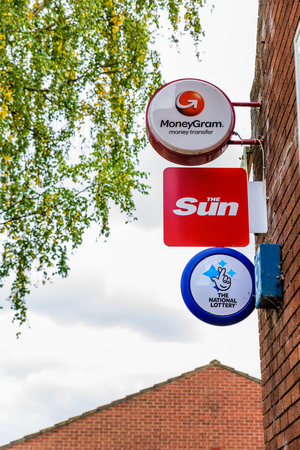 Northampton Reino Unido 3 de octubre de 2017: La muestra de la insignia de la lotería y de la oficina de correos nacional de Moneygram The Sun soporte Northampton.