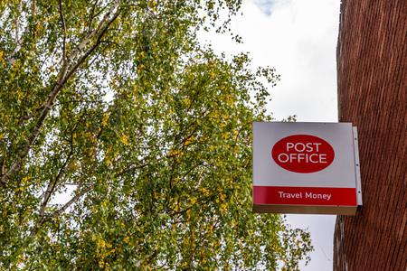 Northampton Reino Unido 3 de octubre de 2017: Soporte de la muestra del logotipo de la oficina de correos Northampton.