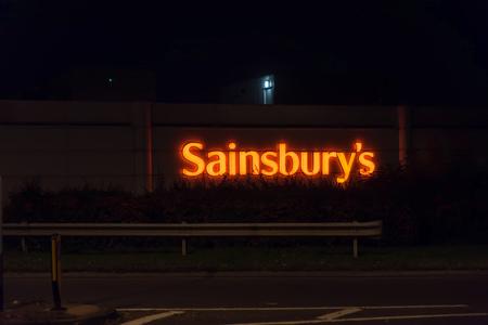 Northampton Reino Unido 3 de octubre de 2017: El logotipo de Sainsburys firma adentro el centro de ciudad de Northampton. Editorial