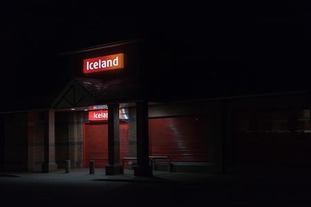 Northampton Reino Unido 3 de octubre de 2017: El logotipo de Islandia firma adentro el centro de ciudad de Northampton.
