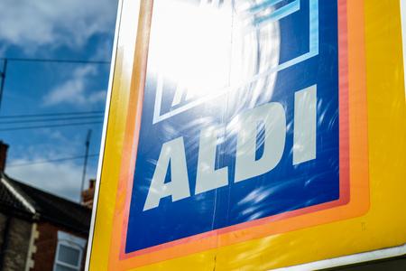 Northampton Reino Unido 3 de octubre de 2017: muestra del logotipo de Aldi en el centro de la ciudad de Northampton. Editorial