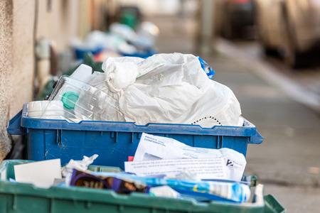 Vista del día de plasticio de residuos de contenedores de basura en la carretera británica