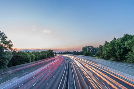 Zonsondergang bekijken zwaar verkeer dat zich met hoge snelheid over de Britse snelweg in Engeland beweegt