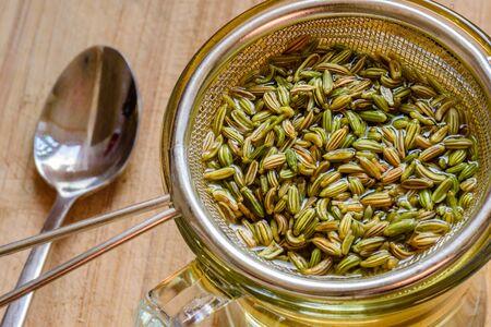 semi di finocchio all'interno del setaccio per una bevanda salutare