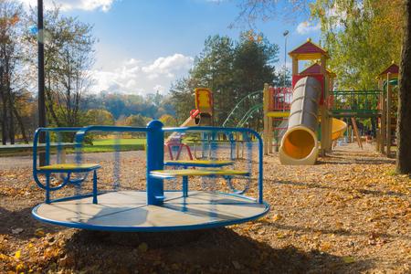 Klettergerüst Kleinkind : Sonnenwochenende kleinkind erklimmt klettergerüst u leben