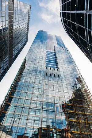 Londres, Royaume-Uni - 15 avril: bâtiments financiers le 15 avril 2017 à Londres, au Royaume-Uni. Cornichon s'élevant entre les bâtiments de la ville de Londres Banque d'images - 98390766