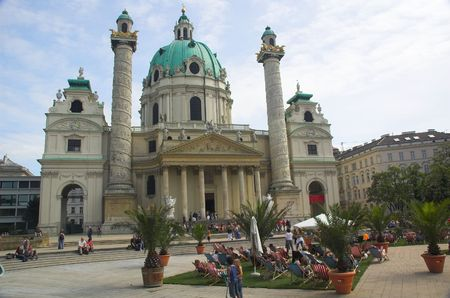 st charles: Sunbathers e la Cattedrale di St Charles (Karlskirche) a Vienna.  Archivio Fotografico