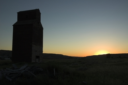 great plains: Long abandoned grain elevator in the badlands of the great plains.
