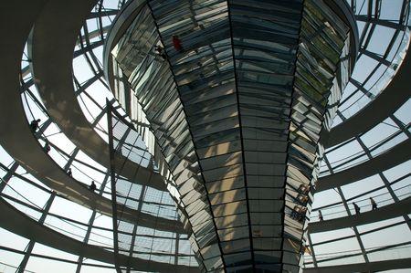 parliaments: Cupola di vetro in cima al Reichstag a Berlino, Germania.