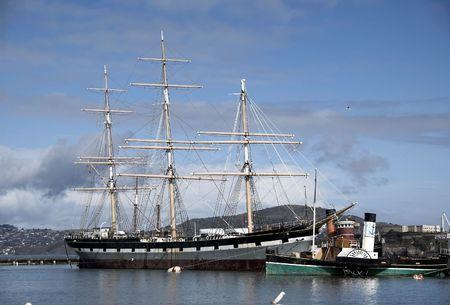 construction navale: Schooner ancr� avec un vieux bateau � vapeur le long Fisherm's Wharf � San Francisco  Banque d'images
