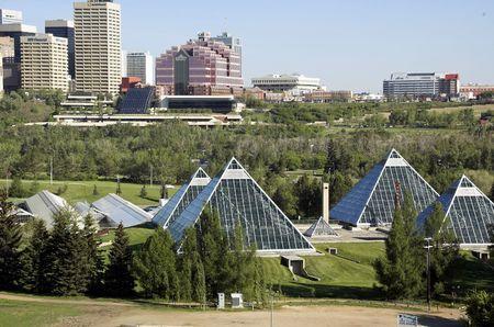 wintergarten: Sommer Ansicht eines modernen Geb�udes (muttart Konservatorium) und seine Reflexionen, Edmonton, Alberta, Kanada