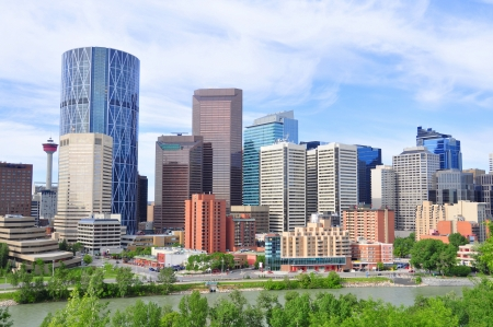 towering: Torres de oficinas que se elevan sobre Calgary Editorial