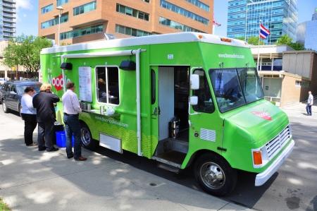 캘거리의 도시 중심에있는 사무실 근로자에게 상한 음식을 판매하는 국수 마차 음식 트럭