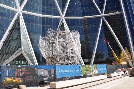 proceeds: La instalaci�n continuar� de Jaume Plensa 039; s nueva pieza de arte p�blico Wonderland fuera del edificio Arco el 13 de septiembre de 2012 en Calgary, Alberta, Canad�