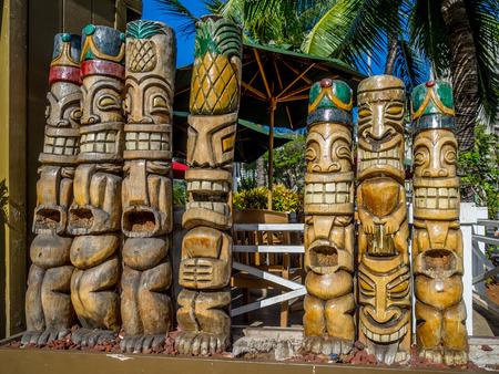 Tiki standbeelden in Hawaï