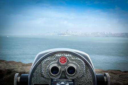 Verrekijker naast de strandpromenade in San Francisco met uitzicht op de baai.