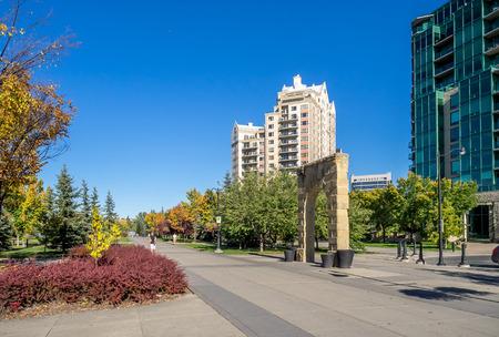 People enjoying Calgary pathways along the Bow river. Редакционное