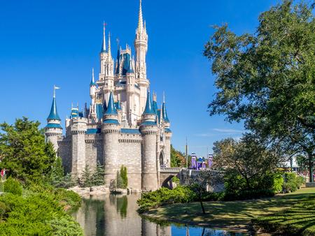 castillos: Castillo de Cenicienta en el día en Orlando, Florida. Magic Kingdom es el parque temático más visitado