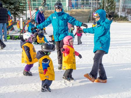 Kinderen leren skiën in Canada Olympic Park Redactioneel