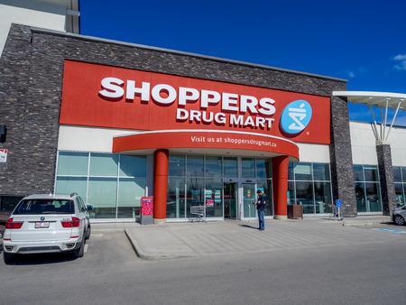 utiles de aseo personal: Shoppers Drug Mart de salida el 29 de mayo de 2015, de Calgary, Alberta Canad�. Este Shoppers es en Aspen Landing, una zona comercial muy popular en la zona de Calgary de Aspen.