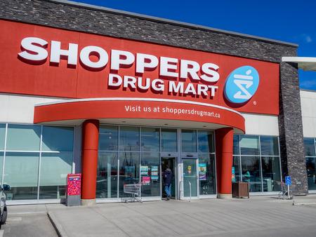 utiles de aseo personal: Shoppers Drug Mart de salida el 29 de mayo de 2015, de Calgary, Alberta Canad�. Este Shoppers es en Aspen Landing, una zona comercial muy popular en Calgary Editorial
