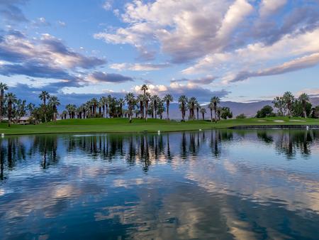 Hermoso amanecer sobre una fuente de agua en un campo de golf en Palm Desert California. Foto de archivo - 50336183