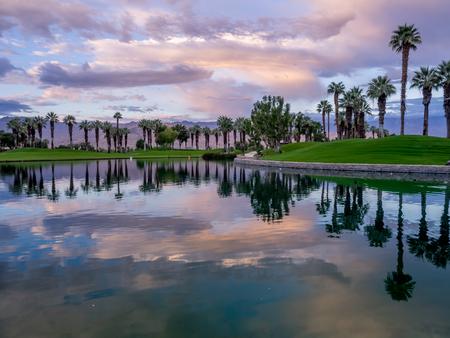 パーム デザート カリフォルニアのゴルフコースに水特徴美しい日の出。