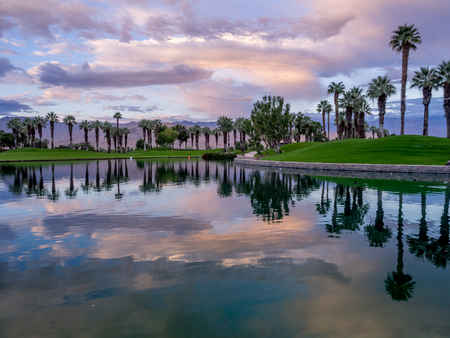 Beautiful sunrise over a water feature on a golf course in Palm Desert California. Banque d'images