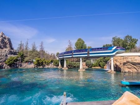 conclusion: Anaheim, California: Disneyland monorraíl pasando por encima del de la Finding Nemo Submarine Voyage en Disneyland.
