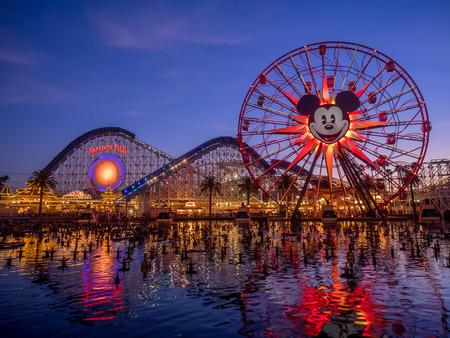 ANAHEIM, CALIFORNIA - 14 FEBRUARI: Mickey's Fun Wheel Ride bij Paradise Pier in Disney California Adventure Park op 14 februari 2016. Disney California Adventure Park is thema na de geschiedenis en cultuur van Californië. Redactioneel