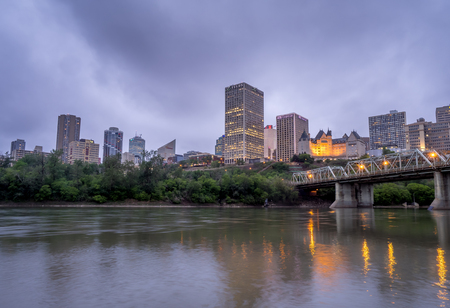 EDMONTON, CANADA - MAY 20: Panorama of Edmonton's skyline at dusk on May 20, 2016 in Edmonton, Alberta. The Saskatchewan River is in the foreground and a traffic bridge is on the right. 報道画像