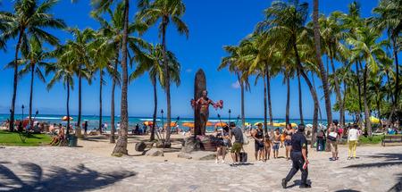 ganado: Waikiki, HI - 3 ago: Duke Kahanamoku estatua en la playa de Waikiki el 3 de agosto, 2016, Honolulu. Duke popularizó famoso surf y ganó medallas de oro para los EE.UU. en la natación.