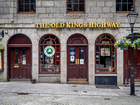 ABERDEEN, SCOTLAND: JULY 23: Exterior facade of the Old Kings Highway pub in the evening on July 23, 2017 in Aberdeen, Scotland. The Old Kings Highway is a popular Aberdeen watering hole. Reklamní fotografie - 90559627