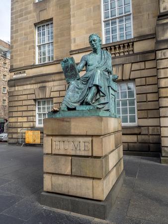エジンバラ、スコットランド - 7 月 29 日:、ロイヤル マイルに高等裁判所の建物の前にデイヴィッド ・ ヒュームの像 2017 年 7 月 29 日エジンバラ、ス