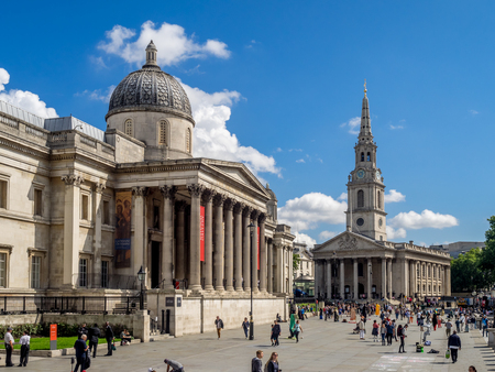 LONDON UK - AUG 1: National Portrait Gallery with Trafalgar Square in the foreground on August 1, 2017 in London, England. The National Portrait Gallery is a major attraction for art and history buffs Banque d'images - 101833204