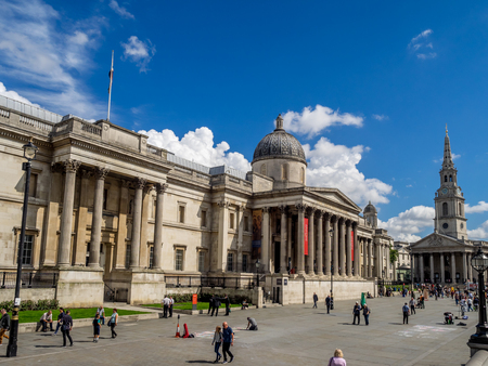 LONDON UK - AUG 1: National Portrait Gallery with Trafalgar Square in the foreground on August 1, 2017 in London, England. The National Portrait Gallery is a major attraction for art and history buffs Banque d'images - 101833205