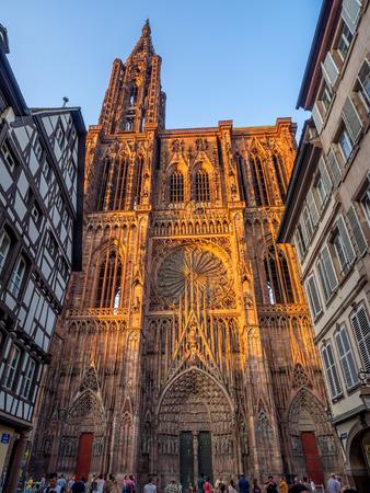 Straßburg, Frankreich - 24. Juli 2018: Kathedrale Notre-Dame oder Kathedrale Unserer Lieben Frau von Straßburg hinter berühmten typischen Fachwerkhäusern, Elsass, Frankreich. Editorial