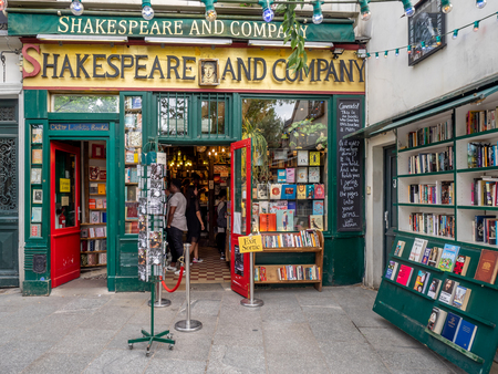 Paris, France - July 29, 2018: Entrance to the world famous Shakespeare and Company bookstore in the Latin Quarter of Paris, France. Stockfoto - 111812588