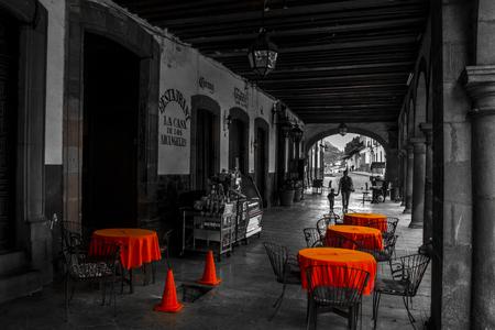 パツクアロ、メキシコの劇的な通りにリラックスできるカフェの黒と白の写真。