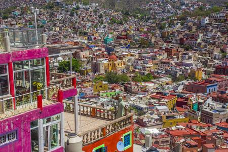 メキシコのグアナファトの植民地の建物の壮大なパノラマ風景。 写真素材