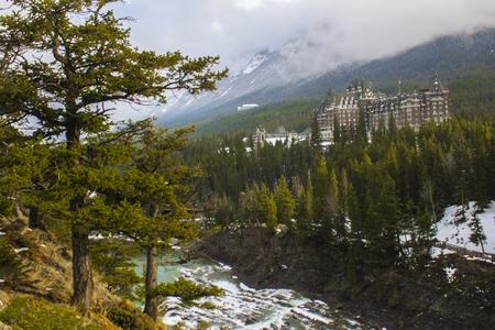 サプライズ コーナー、バンフ、アルバータ州、カナダの近くで森林でホテルのパノラマ風景。