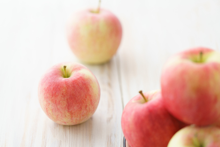 Freshly picked organic light pink apples. White wooden table, high resolution. Stockfoto