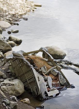 mundo contaminado: Foto vertical de erosionar la televisi�n vierten en un r�o