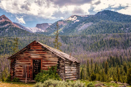 Old abandoned cabin in the Wind River Mountain Range, Wyoming 免版税图像