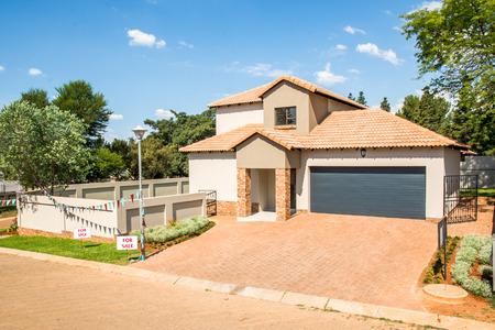 ?real estate?: Casa nueva a la venta.