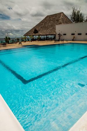 invitando: Gran piscina limpia y acogedora en un resort. Foto de archivo