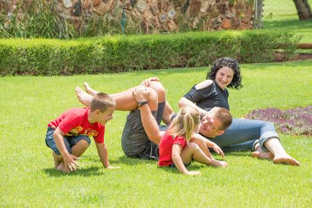 Una familia de jugar y divertirse al aire libre en el jardín de su casa. Foto de archivo - 36427125
